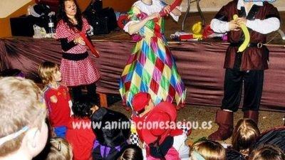 Entretener a niños en una fiesta infantil